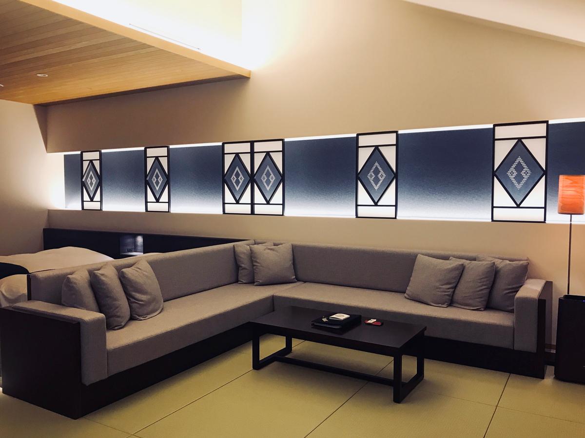 「星野リゾート 界 津軽」の和室のソファ